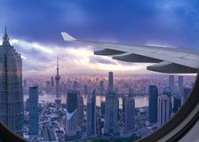 Fågelsikt av Shanghai på flyg royaltyfri fotografi