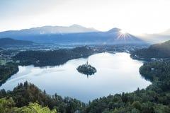 Fågelsikt på Bled sjön i Slovenien Arkivfoton