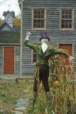 Fågelskrämma framme av huset i New England den historiska byn av Waterloo, NJ royaltyfri foto