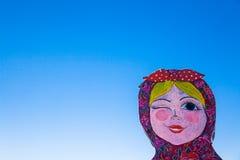 Fågelskrämma mot den blåa himlen Arkivbild
