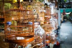 Fåglar i burar som är till salu i Hong Kong Arkivfoto
