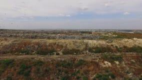 Fåglar som flyger över förlorad förrådsplats för storstad i Ukraina arkivfilmer