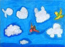 Fåglar som flyger bland molnen i olika former Arkivfoto