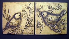 Fåglar som målas på lera Arkivbilder