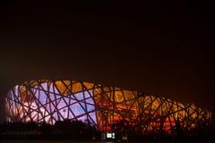 Fåglarna bygga bo stadion från Peking vid natt Royaltyfri Foto