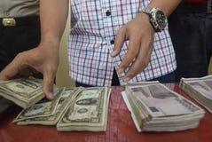 Fånga cirkulation för förfalskade pengar för titel dollaren och euroet Arkivfoto