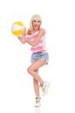 Fånga en strandboll Royaltyfria Foton