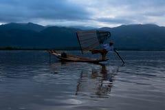Fånga fiskaren med ett fartyg på Inle sjön i Myanmar Fotografering för Bildbyråer