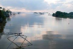 Fånga fisken med fisknätet på talanoien, pattalung Thailand Arkivfoton