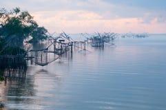 Fånga fisken med fisknätet på talanoien, pattalung Thailand Arkivfoto