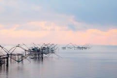 Fånga fisken med fisknätet på talanoien, pattalung Thailand Arkivbild