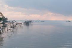 Fånga fisken med fisknätet på talanoien, pattalung Thailand Royaltyfria Foton