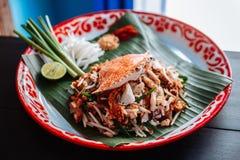 Fånga krabbor thailändskt för block som tjänas som med limefrukt, salladslökar, böngroddar krossat jordnöt- och chilipulver Royaltyfri Bild