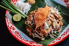 Fånga krabbor thailändskt för block som tjänas som med limefrukt, salladslökar, böngroddar krossat jordnöt- och chilipulver Fotografering för Bildbyråer