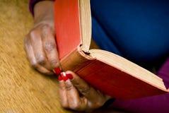 Läsning en boka royaltyfri foto