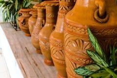Fångade den härliga handen tillverkade lerakrukor i detaljer royaltyfri bild