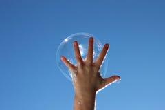 fångande barn för bubbla Royaltyfri Bild