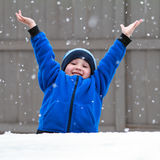 fångande snowflakes Arkivbilder
