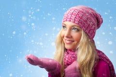 Fångande snowflakes för kvinna Royaltyfri Bild