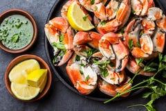 Fångar krabbor tentakel med witevin, citronen, örtsås, kritiserar bakgrund Royaltyfria Foton