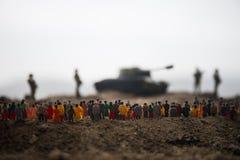 Fångat av fientligt begrepp Militära konturer och folkmassa på bakgrund för krigdimmahimmel Soldater och pansarbilar för världskr fotografering för bildbyråer
