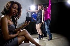 Fångat fusk på en nattklubb fotografering för bildbyråer