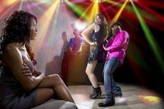 Fångat fusk på en nattklubb royaltyfri bild
