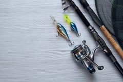 Fångstredskapet - fiskesnurr, hakar och lockar på träbac Royaltyfria Bilder