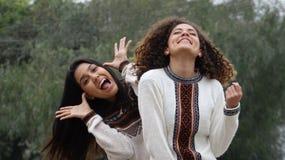 Fåniga upphetsade latinamerikanska kvinnliga tonåriga flickavänner arkivfoto
