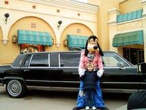 Fånigt med limoen och vännen på Disneyland Paris Arkivfoton