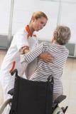 Får den rörelsehindrade äldre kvinnan för sjuksköterskaportionen upp royaltyfria foton