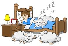 Får faller sovande på sängen av en sova man Royaltyfri Bild