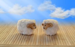 Får mejar det roliga för maskothimmel för sötsaken som swirly molnet hälsar förälskelse royaltyfri bild