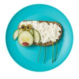 Får som göras med bröd och ost på blåttplattan royaltyfria bilder