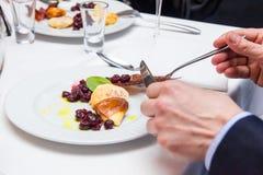 Får stekt ost med tranbärsås kokkonstliten pastejpolermedel royaltyfria foton