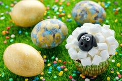 Fårmuffin, lammmuffin, förtjusande påskmuffin som dekoreras med den vita marshmallowen, och svart fondant fotografering för bildbyråer