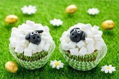 Fårmuffin, lammmuffin, förtjusande påskmuffin som dekoreras med den vita marshmallowen, och svart fondant royaltyfri bild