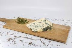 Fårost, Bleu D 'Auvergne och nya rosmarin för fransk ostavsmakning arkivbilder