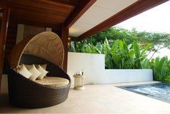 Fåtölj på terrass för lyxig semesterort Arkivbild