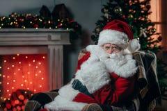 fåtöljclaus santa sitting arkivfoto