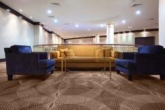 fåtöljdivankorridor inom lighting royaltyfria bilder