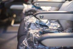 Fåtöljer i passagerarekabin, med säkerhetsbälten och hyttventiler arkivbilder