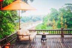 Fåtöljer och flodsikt på terrassen Arkivfoton