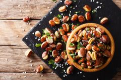 Fèves salées cuites à la friteuse croustillantes dans un plan rapproché de cuvette horizon Photos stock