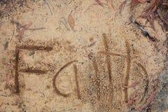 Fé da palavra na areia imagem de stock