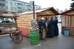 FÉDÉRATION DE SERPUKHOV/RUSSIAN - 3 MAI 2015 : miel de achat de personnes Images stock