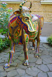 FÉDÉRATION DE SOCHI/RUSSIAN - JUILLET 2014 : statue de la vache dehors Photos stock