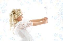 Fée avec la baguette magique et les flocons de neige magiques Images libres de droits