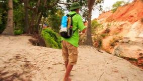 Fée-courant de touristes Rocky Slope de photos de colline en parc clips vidéos