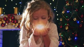 Fée mignonne de fille soufflant le scintillement magique la nuit Noël clips vidéos
